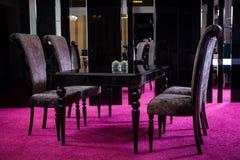 Drewniana stołowa koloru czerni glosa stół robić ciemny drewniany klasyka styl Klasyczny kuchenny apartament składać się z czerń  Fotografia Stock