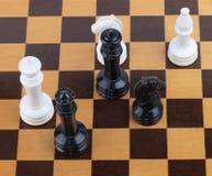 Drewniana szachownica z postaciami Obrazy Stock