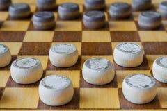 Drewniana szachownica z warcabami interliniującymi na stołowym zbliżeniu zdjęcie stock