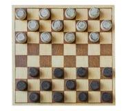 Drewniana szachownica z warcabami interliniującymi na stole odizolowywającym fotografia royalty free