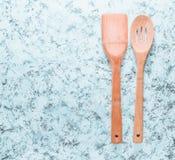 Drewniana szpachelka i łyżka dla smażyć na nieckach na białym betonowym tle Odgórny widok kosmos kopii zdjęcie royalty free