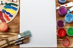 Drewniana sztuki paleta z tubkami nafciane farby i muśnięcie Sztuki i rzemiosła narzędzia Artysty ` s muśnięcie, kanwa, paleta nó Zdjęcie Royalty Free
