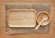 Drewniana taca, puchar i łyżka na worku przeciw drewnu, wsiadamy tło zdjęcie royalty free