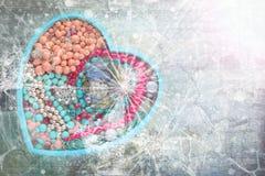 Drewniana taca w formie serca wypełniał z kobiety ` s biżuterią Fotografia Stock
