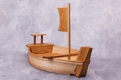 Drewniana taca w postaci statku fotografia stock