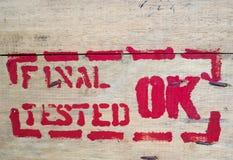 Drewniana tekstura kablowej cewy znaczka teksta definitywnego testa ok Obrazy Stock