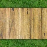 Drewniana tekstura na trawie Zdjęcia Royalty Free