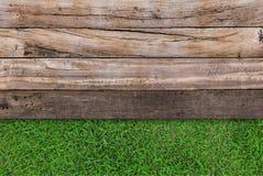 Drewniana tekstura na trawie Obraz Royalty Free