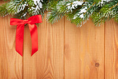 Drewniana tekstura z śnieżnymi firtree bożymi narodzeniami Obrazy Stock