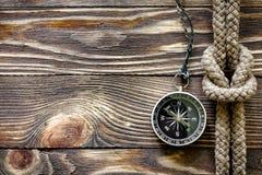 Drewniana tekstura z kompasem i morską kępką Obraz Royalty Free