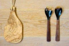 Drewniana tnąca deska i naczynia na drewnianym tle fotografia stock