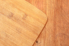 Drewniana tnąca deska nad stołowym wierzchołkiem Zdjęcie Royalty Free