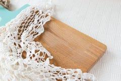 Drewniana tnąca deska robić lekki drewno i trykotowa pielucha Fotografia Stock