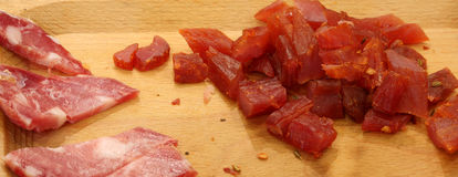 drewniana tnąca deska z typowym włoskim mięsem fotografia stock