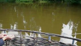 Drewniana tratwa na jeziorze zdjęcie wideo