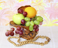 Drewniana waza z jabłkami, winogronami i pomarańczami, Zdjęcia Stock