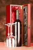 Drewniana wino skrzynka z winem i szkłami Obrazy Royalty Free