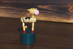 Drewniana zabawka na drewnianym tle zdjęcia stock