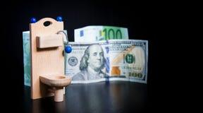 Drewniana zabawkarska toaleta i pieniądze na czerni obrazy royalty free