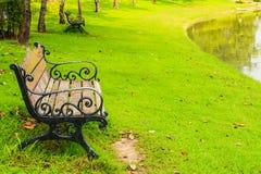 Drewniane ławki z obsady żelaza ramą w parku Zdjęcia Royalty Free
