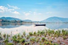 Drewniane łodzie na jeziorze zdjęcia royalty free