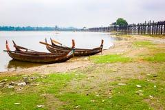 Drewniane łodzie przy sławnym Ubeng mostem w Mandalay zdjęcia royalty free