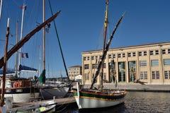 Drewniane łodzie rybackie z żeglowanie takielunkiem Zdjęcia Stock