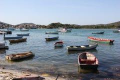 Drewniane łodzie zakotwiczali w związku kanale z morzem Fotografia Stock