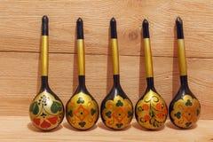 Drewniane łyżki z kwiecistym ornamentem na drewnianym tle Fotografia Royalty Free
