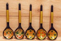 Drewniane łyżki z kwiecistym ornamentem na drewnianym tle Zdjęcia Royalty Free