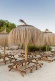 Drewniane ławki z traw parasols Zdjęcie Royalty Free