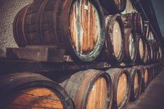 drewniane baryłki w destylarni składali w jardzie w półkach Zdjęcie Royalty Free