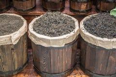 Drewniane baryłki z luźną herbatą fotografia royalty free