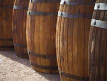 Drewniane baryłki z rzędu kąt beczkuje świetle szerszego piwnicy win zdjęcie stock