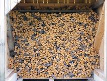 Drewniane bele dla ogrzewać Siekający drewno prostujący w rzędzie Ściana robić rżnięte bele Obraz Royalty Free