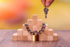Drewniane cegły wiązać z łańcuchem Pojęcie: stabilności ochrona zdjęcie stock