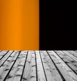 Drewniane deski i pomarańczowy czarny tło Obrazy Royalty Free