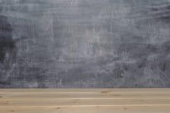 Drewniane deski na blackboard tle obraz stock