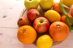 drewniane deskowe świeże owoc Fotografia Stock