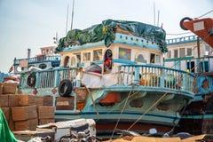 Drewniane dhow ładunku łodzie ładowali z merchandise na Dubaj zatoczce, UAE zdjęcia royalty free