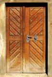 drewniane drzwi rezydencji. Zdjęcia Stock
