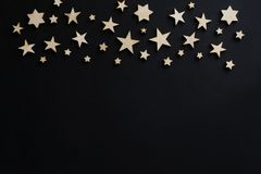 Drewniane gwiazdy na czarnym tle Kredowa deska pocztówka Mężczyzna ` s dzień noc astronomia zdjęcie stock