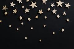 Drewniane gwiazdy na czarnym tle Kredowa deska pocztówka Taty dnia pojęcie Mężczyzna ` s dzień noc astronomia zdjęcie royalty free