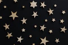Drewniane gwiazdy na czarnym tle Kredowa deska pocztówka Taty dnia pojęcie Mężczyzna ` s dzień noc astronomia fotografia royalty free