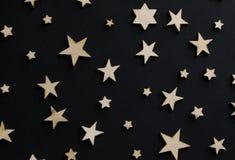 Drewniane gwiazdy na czarnym tle Kredowa deska pocztówka Taty dnia pojęcie Mężczyzna ` s dzień noc astronomia obraz stock