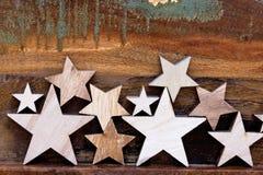 Drewniane gwiazdy na stole zdjęcie royalty free