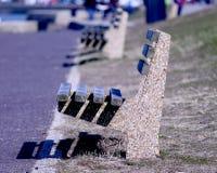 Drewniane i zacementowane ławki wykładać up Zdjęcia Royalty Free