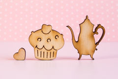 Drewniane ikony tort i teapot z małym sercem na różowym backgr Obraz Stock