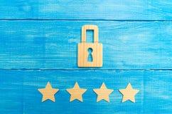 Drewniane kłódki i cztery gwiazdy Ochrona, ochrona użytkownicy i biznes, Internetowa ochrona, antivirus, dane ochrona Alarmy zdjęcie royalty free
