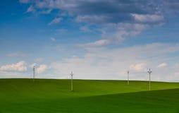 Drewniane kolumny linie energetyczne na polu Obraz Stock